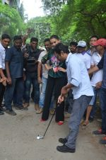Nawazuddin Siddiqui, Amy Jackson promote their forthcoming film Freaky Ali by playing golf on the streets of Mumbai on 7th Sept 2016 (16)_57d10d1f84352.JPG