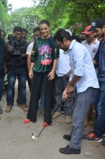 Nawazuddin Siddiqui, Amy Jackson promote their forthcoming film Freaky Ali by playing golf on the streets of Mumbai on 7th Sept 2016 (19)_57d10d6f53fe5.JPG