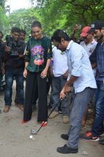 Nawazuddin Siddiqui, Amy Jackson promote their forthcoming film Freaky Ali by playing golf on the streets of Mumbai on 7th Sept 2016 (20)_57d10d22d32c0.JPG