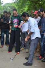 Nawazuddin Siddiqui, Amy Jackson promote their forthcoming film Freaky Ali by playing golf on the streets of Mumbai on 7th Sept 2016 (21)_57d10d71e18e5.JPG