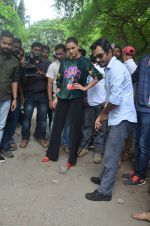 Nawazuddin Siddiqui, Amy Jackson promote their forthcoming film Freaky Ali by playing golf on the streets of Mumbai on 7th Sept 2016 (22)_57d10d2444ffd.JPG