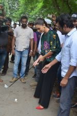 Nawazuddin Siddiqui, Amy Jackson promote their forthcoming film Freaky Ali by playing golf on the streets of Mumbai on 7th Sept 2016 (23)_57d10d73b7133.JPG