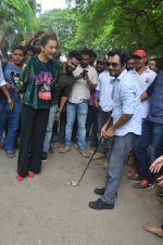 Nawazuddin Siddiqui, Amy Jackson promote their forthcoming film Freaky Ali by playing golf on the streets of Mumbai on 7th Sept 2016 (26)_57d10d25cf31d.JPG