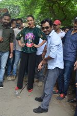 Nawazuddin Siddiqui, Amy Jackson promote their forthcoming film Freaky Ali by playing golf on the streets of Mumbai on 7th Sept 2016 (29)_57d10d7cacb2c.JPG