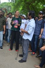 Nawazuddin Siddiqui, Amy Jackson promote their forthcoming film Freaky Ali by playing golf on the streets of Mumbai on 7th Sept 2016 (30)_57d10d297c380.JPG