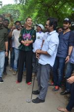 Nawazuddin Siddiqui, Amy Jackson promote their forthcoming film Freaky Ali by playing golf on the streets of Mumbai on 7th Sept 2016 (31)_57d10d7f445ab.JPG
