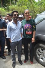Nawazuddin Siddiqui, Amy Jackson promote their forthcoming film Freaky Ali by playing golf on the streets of Mumbai on 7th Sept 2016 (32)_57d10d2b3eaf7.JPG