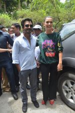 Nawazuddin Siddiqui, Amy Jackson promote their forthcoming film Freaky Ali by playing golf on the streets of Mumbai on 7th Sept 2016 (33)_57d10d8102a68.JPG