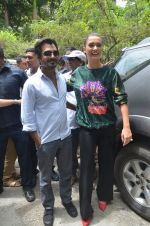 Nawazuddin Siddiqui, Amy Jackson promote their forthcoming film Freaky Ali by playing golf on the streets of Mumbai on 7th Sept 2016 (34)_57d10d2d20259.JPG