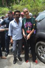 Nawazuddin Siddiqui, Amy Jackson promote their forthcoming film Freaky Ali by playing golf on the streets of Mumbai on 7th Sept 2016 (36)_57d10d2eee3ce.JPG