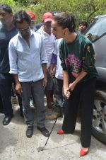 Nawazuddin Siddiqui, Amy Jackson promote their forthcoming film Freaky Ali by playing golf on the streets of Mumbai on 7th Sept 2016 (38)_57d10d30760e7.JPG