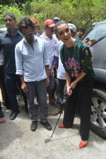 Nawazuddin Siddiqui, Amy Jackson promote their forthcoming film Freaky Ali by playing golf on the streets of Mumbai on 7th Sept 2016 (39)_57d10d924a910.JPG