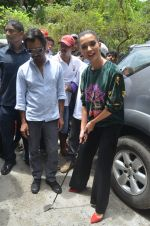 Nawazuddin Siddiqui, Amy Jackson promote their forthcoming film Freaky Ali by playing golf on the streets of Mumbai on 7th Sept 2016 (42)_57d10d3665faf.JPG