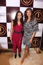 Sushmita Sen, Preity Zinta during the launch of India_s first customized gold coin store IBJA Gold, in Mumbai on 7th Sept 2016 (13)_57d10f9b75560.JPG