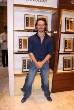 Tiger Shroff during the launch of India_s first customized gold coin store IBJA Gold, in Mumbai on 7th Sept 2016 (69)_57d10fef324c8.JPG