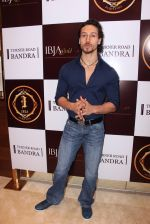 Tiger Shroff during the launch of India_s first customized gold coin store IBJA Gold, in Mumbai on 7th Sept 2016 (72)_57d10fff320ff.JPG