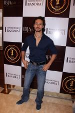 Tiger Shroff during the launch of India_s first customized gold coin store IBJA Gold, in Mumbai on 7th Sept 2016 (73)_57d110023583c.JPG
