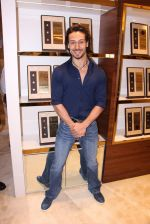 Tiger Shroff during the launch of India_s first customized gold coin store IBJA Gold, in Mumbai on 7th Sept 2016 (75)_57d1100611f7b.JPG