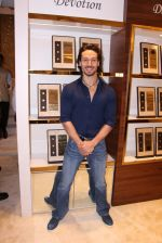 Tiger Shroff during the launch of India_s first customized gold coin store IBJA Gold, in Mumbai on 7th Sept 2016 (76)_57d1100873a79.JPG
