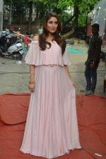 Kareena Kapoor snapped in Mumbai on 8th Sept 2016 (1)_57d263ff31b43.jpg