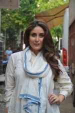 Kareena Kapoor snapped in Mumbai on 8th Sept 2016 (3)_57d2640b3ccc5.jpg
