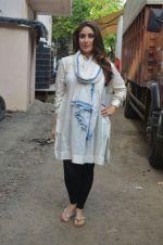 Kareena Kapoor snapped in Mumbai on 8th Sept 2016 (4)_57d2640d3bd94.jpg