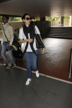 Karisma Kapoor snapped at airport on 8th Sept 2016 (4)_57d290dd00c37.JPG