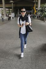 Karisma Kapoor snapped at airport on 8th Sept 2016 (5)_57d290e03ef76.JPG