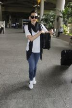 Karisma Kapoor snapped at airport on 8th Sept 2016 (6)_57d290e66140f.JPG