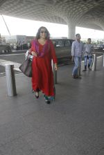 Vidya Balan snapped at airport on 9th Sept 2016 (11)_57d4160636832.JPG