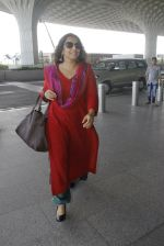 Vidya Balan snapped at airport on 9th Sept 2016 (12)_57d4160700070.JPG