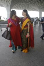 Vidya Balan snapped at airport on 9th Sept 2016 (14)_57d416094eae8.JPG
