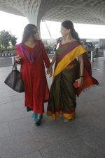 Vidya Balan snapped at airport on 9th Sept 2016 (8)_57d4160424ee1.JPG
