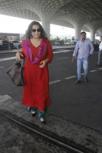 Vidya Balan snapped at airport on 9th Sept 2016 (9)_57d41604cec70.JPG