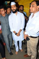 Riteish Deshmukh snapped at Siddhivinayak Temple on 10th Sept 2016 (6)_57d50466ec40c.JPG