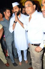 Riteish Deshmukh snapped at Siddhivinayak Temple on 10th Sept 2016 (4)_57d504655f7e6.JPG