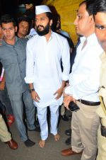 Riteish Deshmukh snapped at Siddhivinayak Temple on 10th Sept 2016 (5)_57d504661996f.JPG