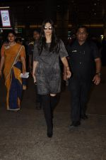 Sonam Kapoor snapped at airport on 10th Sept 2016 (27)_57d504b9cb748.JPG