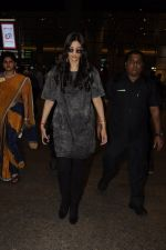 Sonam Kapoor snapped at airport on 10th Sept 2016 (29)_57d504bb564f1.JPG