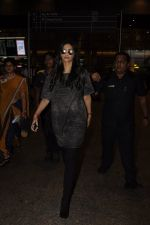 Sonam Kapoor snapped at airport on 10th Sept 2016 (36)_57d504c035b10.JPG