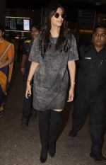 Sonam Kapoor snapped at airport on 10th Sept 2016 (41)_57d504c2de177.JPG