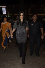 Sonam Kapoor snapped at airport on 10th Sept 2016 (28)_57d504baa1590.JPG