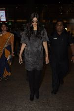 Sonam Kapoor snapped at airport on 10th Sept 2016 (30)_57d504bc081da.JPG