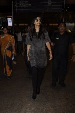 Sonam Kapoor snapped at airport on 10th Sept 2016 (33)_57d504be211c4.JPG