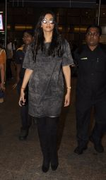 Sonam Kapoor snapped at airport on 10th Sept 2016 (35)_57d504bf8744d.JPG
