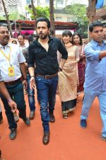 Emraan Hashmi visited Mumbai Cha Raja Ganesh Galli on 11th Sept 2016 (32)_57d64dd78caf3.JPG