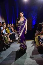 Kanika Kapoor walk for Suneet Varma_s Couture Show at DLF Emporio in Delhi on 11th Sept 2016 (120)_57d64c363bb88.JPG