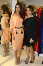 Miss India Priyadarshni Chaterjee with Pooja Kumar of Primme Up Fashions at Shivan N Naresh fashion preview in Primme Up Fashion store on 11th Spt 2016_57d6460fe8aa1.JPG