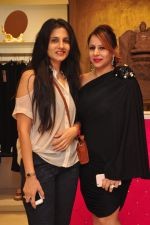 Vartika Singh with Pooja Kumar at Shivan N Naresh fashion preview in Primme Up Fashion store on 11th Spt 2016_57d6461879cda.JPG
