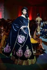 at Suneet Varma_s Couture Show at DLF Emporio in Delhi on 11th Sept 2016 (133)_57d64c3fafc7d.JPG